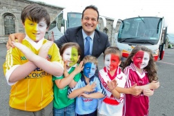 Minister for Transport, Tourism & Sport Leo Varadkar TD and Sean Boland (9), Kate Hughes (5), Rory Hughes (3), Joel Yuksel (5) and Niamh Boland (5)